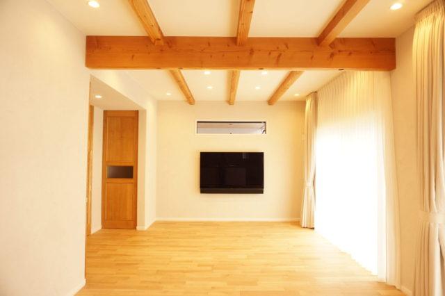 TVを壁掛けに 横の収納にレコーダーを納め配線隠してスッキリ